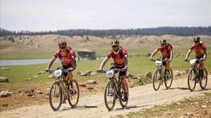 Dani Rovira participa en la Titan Desertcon el maillot rojo del equipo Freno al ictus, un proyecto solidario. El actor, es el segundo ciclista de la izquierda.