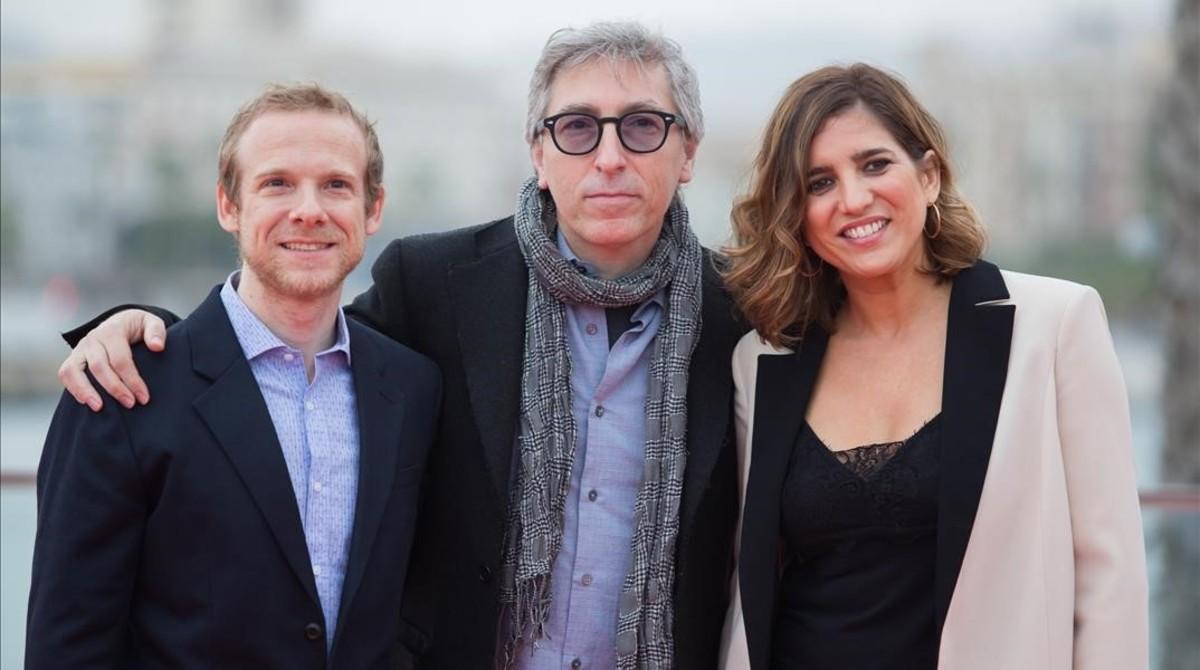 El cineasta David Trueba (centro), en el festival de Málaga, junto a los protagonistas de 'Casi 40',Lucía Jiménez y Fernando Ramallo.