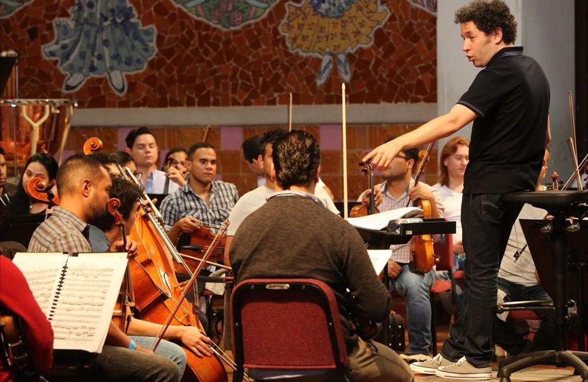 El director Gustavo Dudamel y la Orquesta Simón Bolívar durante el ensayo en el Palau de las sinfonías de Beethoven.