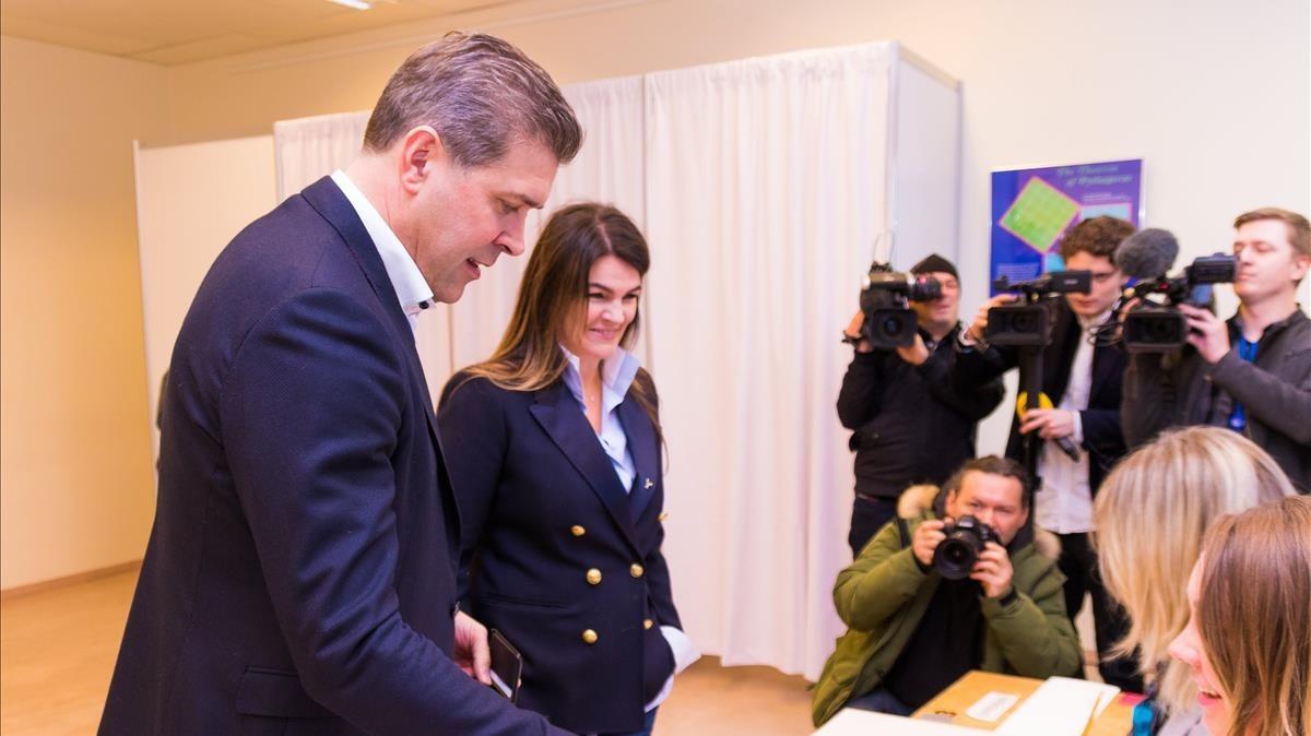 El primer ministro de Islandia y líder del Partido de la Independencia junto a su mujer en el momento de votar.