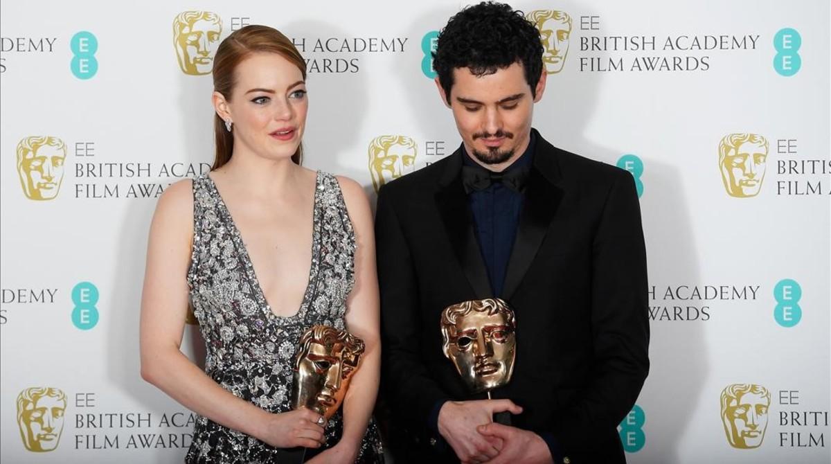 Emma Stone y Damien Chazelle, con sus premios Bafta por La La Land