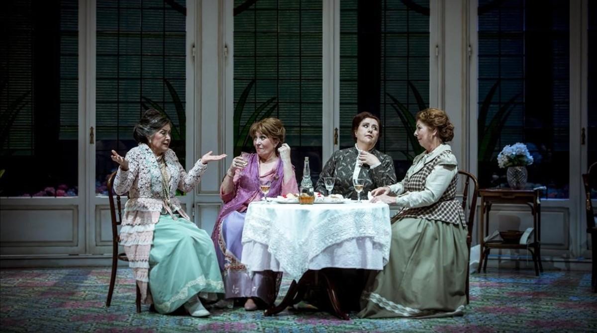 Escena de la adaptación de la obra teatral de Rodoreda 'La senyora Florentina i el seu amor Homer', a cargo de Sergi Belbel y con Mercedes Sampietro (segunda por la izquierda), en el TNC.