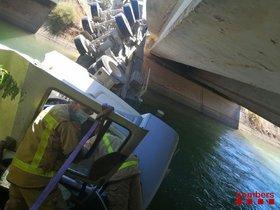 Espectacular rescate de un camionero en un canal de Lleida.