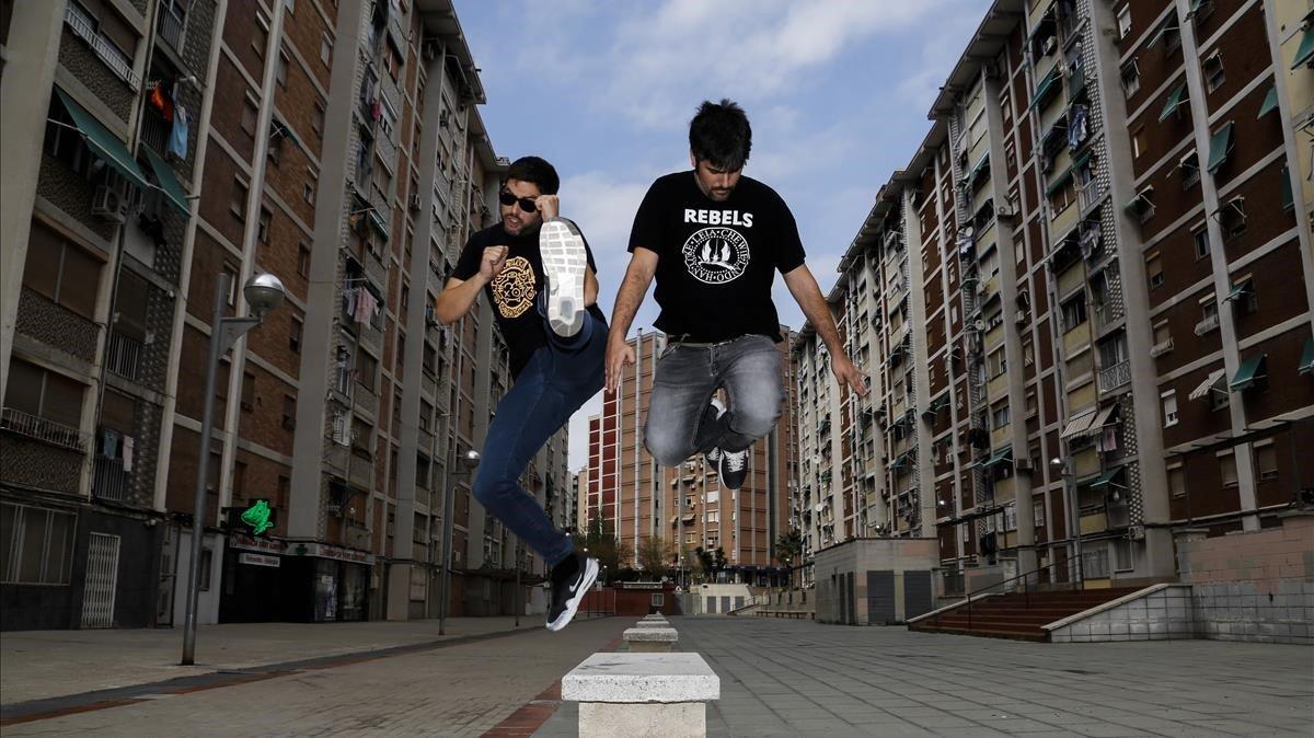 Los hermanos Muñoz, en su barrio de Sant Idelfons, de Cornellà, donde vivieron en su juventud.