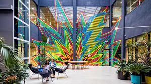 Estudiantes de diseño de LCI Barcelona conversan en uno de los espacios del campus.