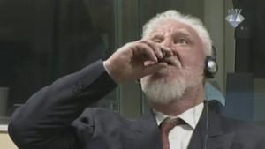 El exgeneral croata Slobodan Praljak ingieresupuestamente un líquido venenoso de un pequeño frasco, durante su juicio.