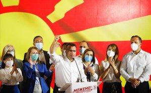 El exprimer ministro de Macedonia del Norte, Zoran Zaev, celebra su victoria electoral en Skopje.