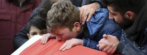 Familiares de una de las víctimas del atentado de Estambul expresan su dolor durante las oraciones fúnebres.