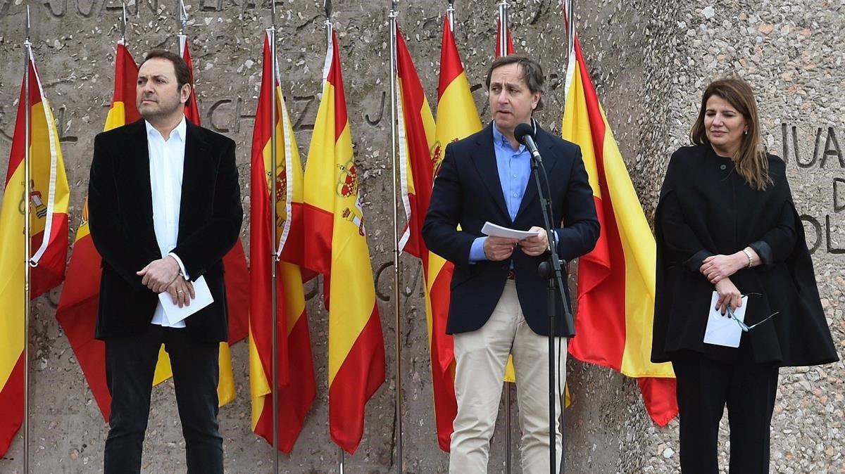 Los periodistas Carlos Cuesta,Maria Claver y Albert Castillon (izquierda) durante la lectura delmanifiesto.