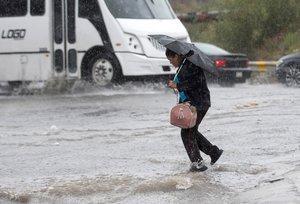 Una mujer cruza una calle inundada este miércoles, en Saltillo, estado de Coahuila (México).