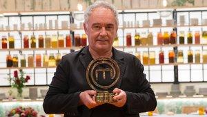 Ferran Adriá con el trofeo de Masterchef Celebrity.