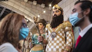 Gigantes de la fiesta tradicional, en el vestíbulo del Ayuntamiento de Barcelona, visitable como aperitivo de la Mercè.