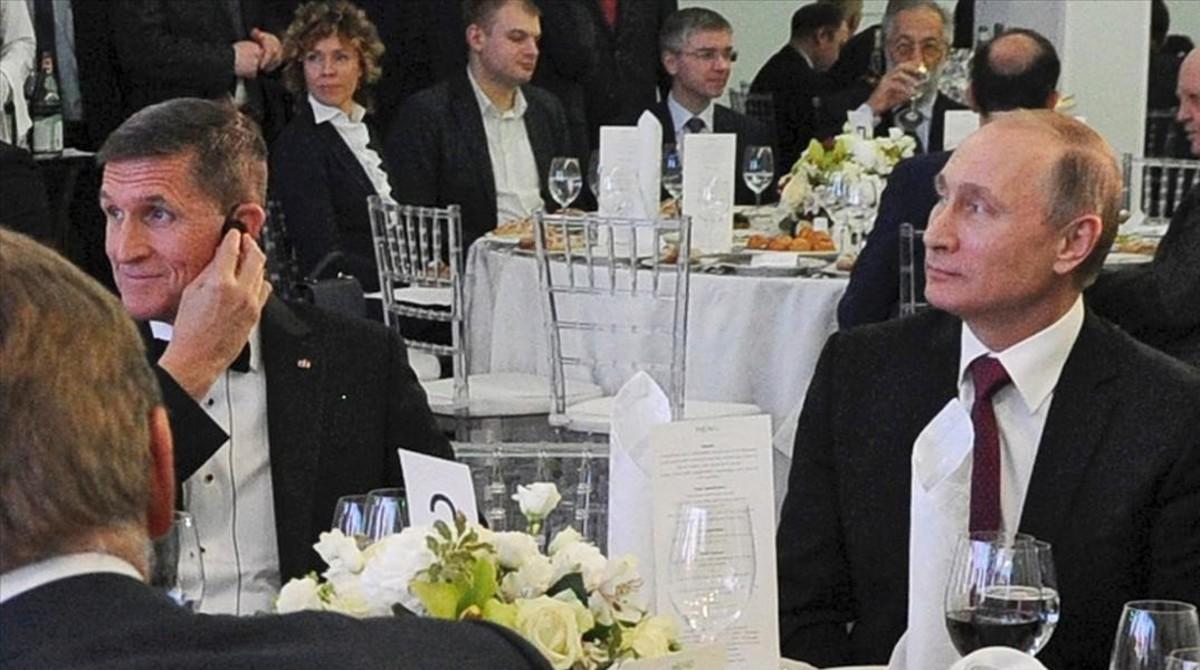Fototomada el 10 de diciembre del 2015 que muestra al presidente ruso Vladímir Putin, sentado junto al entonces militar retirado estadounidense MichaelFlynn, en Moscú.
