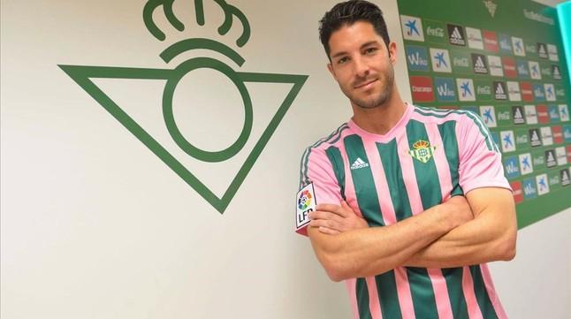 El futbolista Álvaro Cejudo posa con la camiseta verde y rosa.