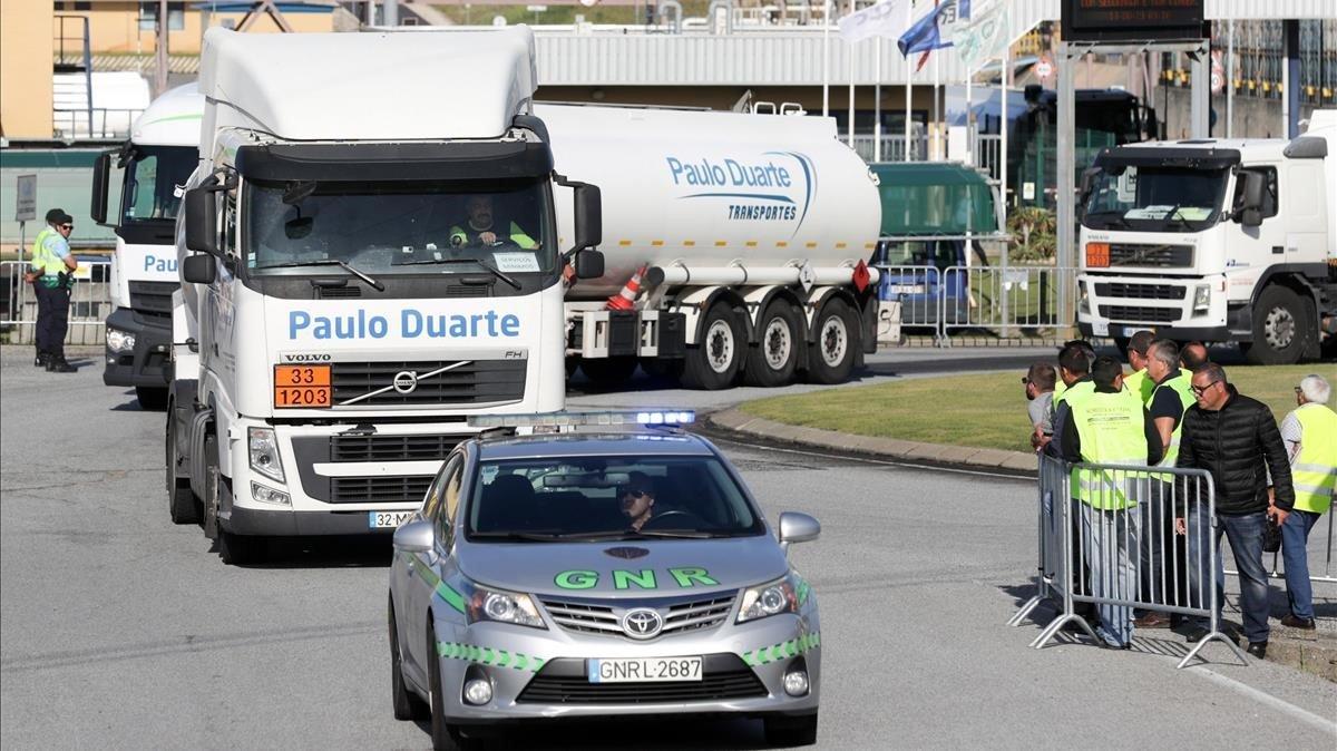 La Gendarmería lusa escolta camiones cargados de combustible, durante la segunda jornada de huelga de transportistas de mercancías peligrosas, el pasado martes, en Lisboa.