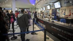 Espectadores en las taquillas d eun cine de Barcelona