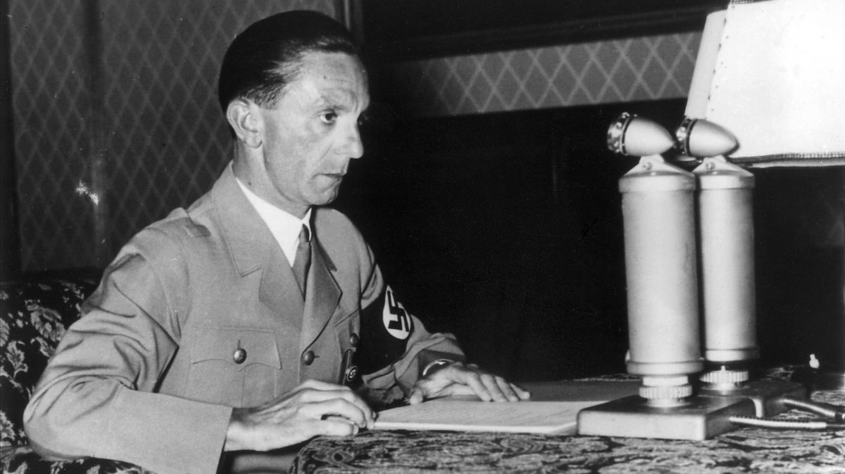 Goebbels, hablando por radio a los alemanes, la víspera del 50º cumpleaños de Hitler, el 20 de abril de 1939.