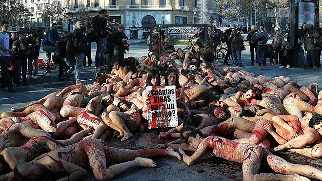 Un grup dactivistes protesten despullats a Barcelona contra lús de pells danimals.