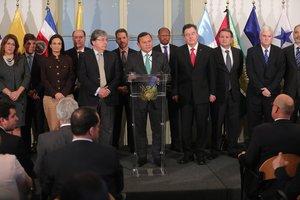El ministro de Relaciones Exteriores de Perú, Néstor Popolizio, habla junto varios de sus homólogos durante un pronunciamiento a la prensa el viernesen Lima, Perú.