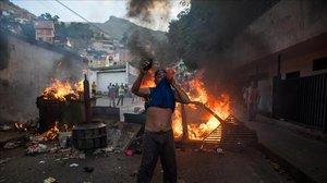 Un grupo de personas se manifiesta en una calle de Carcas (Venezuela).