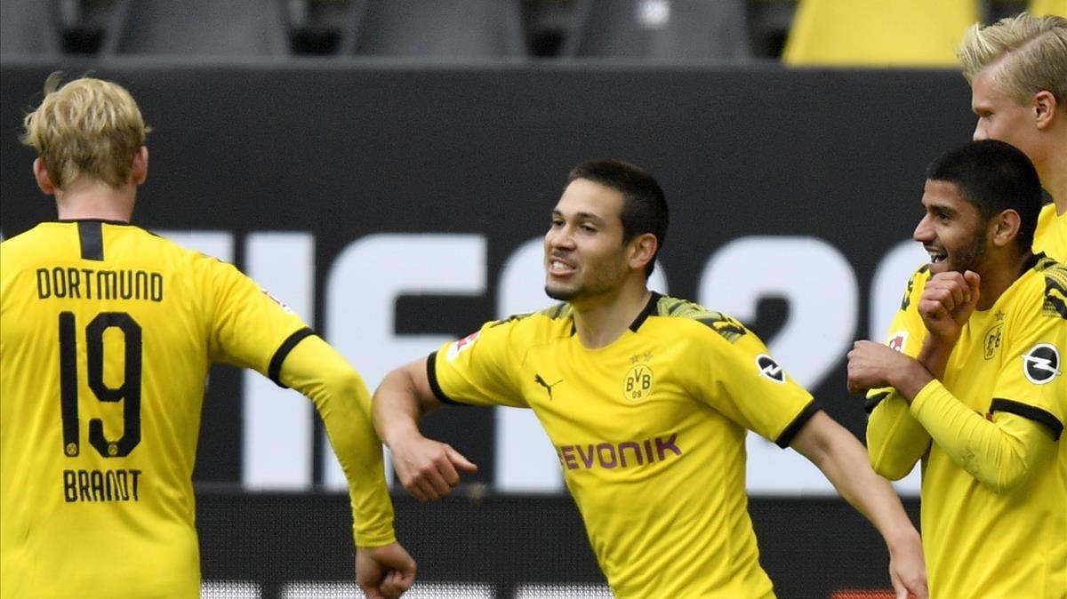 Guerreiro, del Dortmund, felicitado por su gol con un golpe de codo por Brandt.