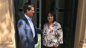 Valls y su hermana Giovanna, frente al domicilio de sus padres
