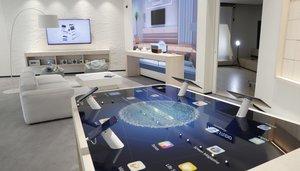Parte interior del nuevo establecimiento de Huawei en la Gran Vía de Madrid, su mayor tienda en todo el mundo.