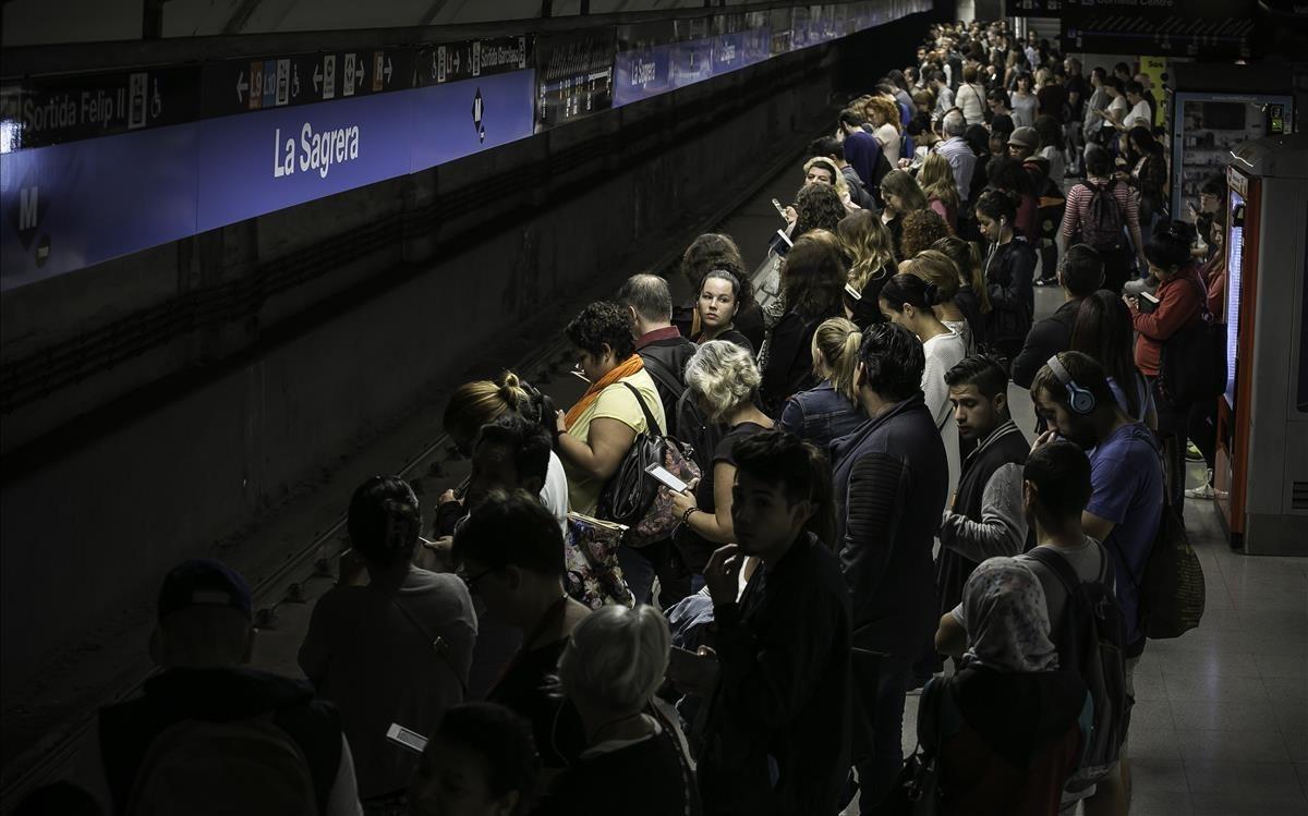 Acumulaciones en los andenes del metro durante la última huelga general del 3 de octubre.