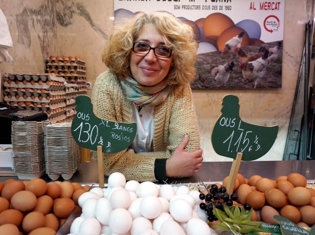 María Victoria Verdú, que vende huevos en el mercado de Les Corts.