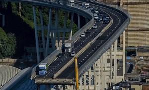 Imagen del puente derrumbado en Génova.