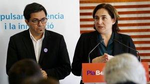La alcaldesa de Barcelona, Ada Colau, junto con el primer teniente de alcalde Gerardo Pisarello, en la firma del convenio de colaboración con la Fundación La Caixa.