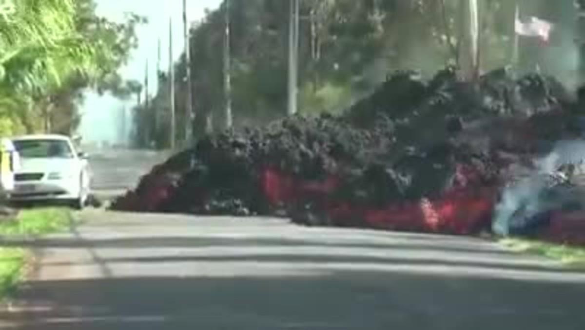 Impactantes imágenes aceleradas de como un río de lavaengulle a un vehículo en Hawaii.