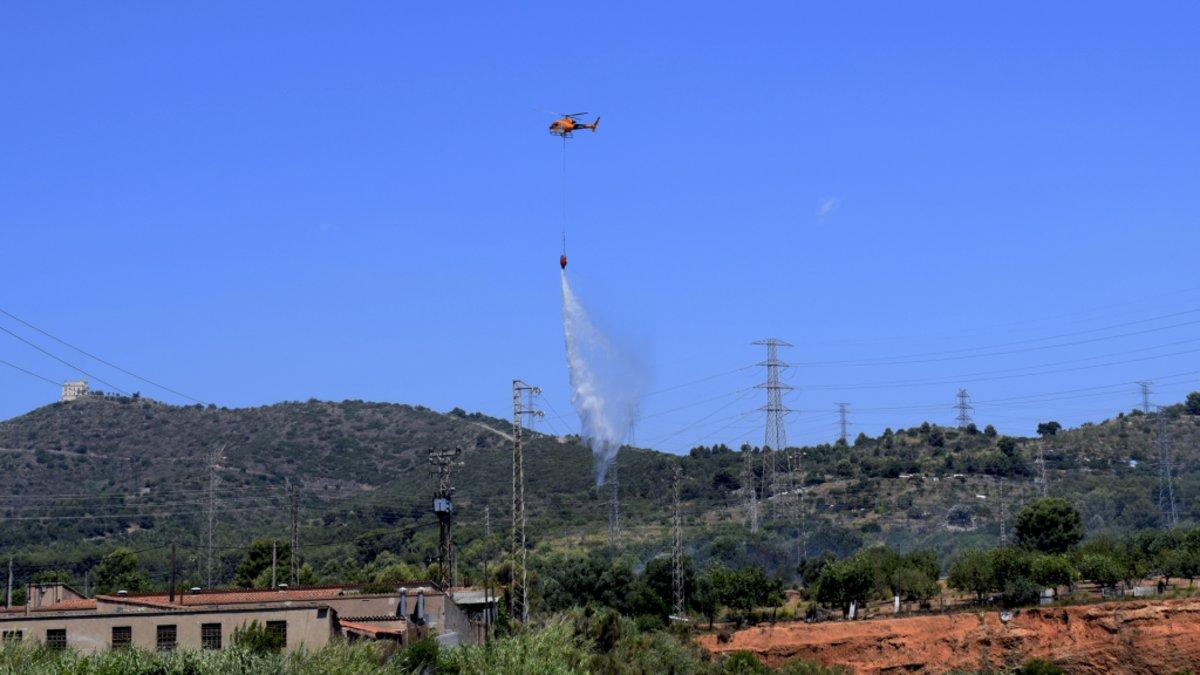 Un incendi crema 7.000 m2 de vegetació a la zona d'Oliveretes de Viladecans