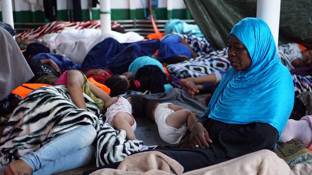 Inmigrantes rescatados por el 'Open Arms' continúan a la espera de un puerto seguro.