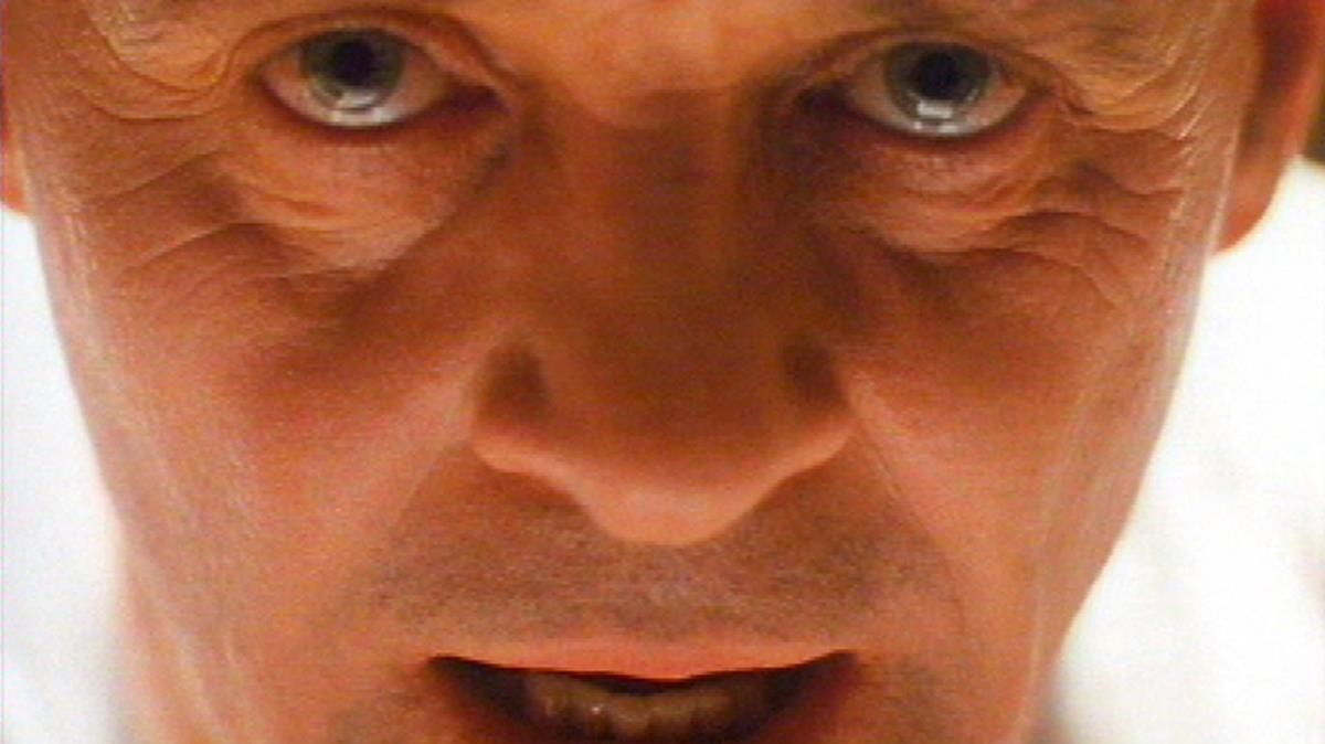 El actor Anthony Hopkins interprentando a Hannibal Lecter