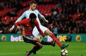 Isco marca el segundo gol de España en el minuto 95 con Dier incapaz de pararle.