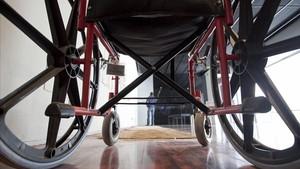Una dona en cadira de rodes denuncia abusos sexuals al mig del carrer de Manlleu