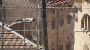 Un preso, en el tejado de la cárcel Modelo de Barcelona, esta semana.