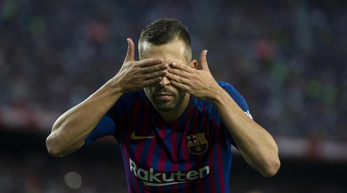 Jordi Alba festeja su gol al Huesca en el Camp Nou.