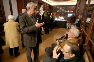 Jordi Casassas habla con socios del Ateneu durante la jornada de votación, ayer.