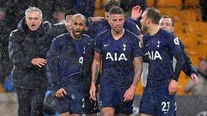 Jose Mourinho celebra alborozado con sus jugadores el triunfo del Tottenham en el campo del Wolverhampton.