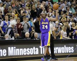 Kobe Bryant saluda a los espectadores tras batir la marca de Michael Jordan, este domingo, en el partido entre los Lakers y los Timberwolves.