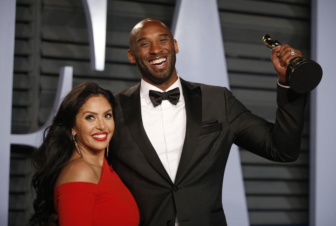 Kobe Byrant, junto a su mujer Vanessa, sostiene el Oscar a la entrada de la fiesta de Vanity Fair