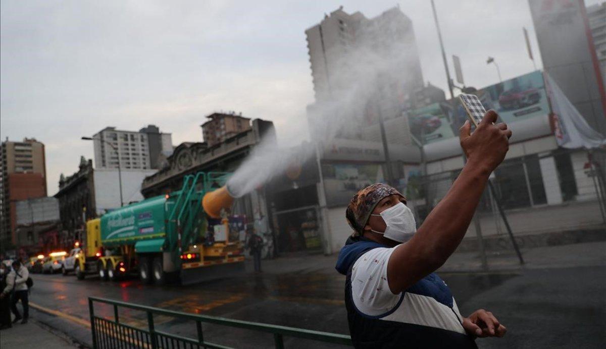 Labores de desinfección de las calles de Santiago de Chile.