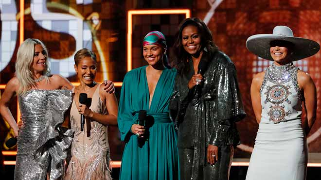 Lady Gaga y el orgullo latino brillan en la alfombra roja de los Grammy. En la foto, de izquierda a derecha, Lady Gaga, Jada Pinkett Smith, Alicia Keys, Michelle Obama y Jennifer López.