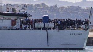 Un numeroso grupo de inmigrantes rescatados en alta mar llega al puerto deEmpedocle, en Sicilia, este lunes.