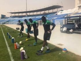 Maxime Loic Feudjou (derecha) durante un entrenamiento en el estadio de Al Hilal, en Omburmán (Sudán).