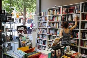 LIBRERÍA Una joven consulta una obra en Jojos Llibres.