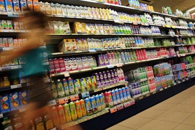 Lineal de refrescos en una superfície comercial.
