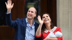 Los duques de Cambridge, con su bebé.